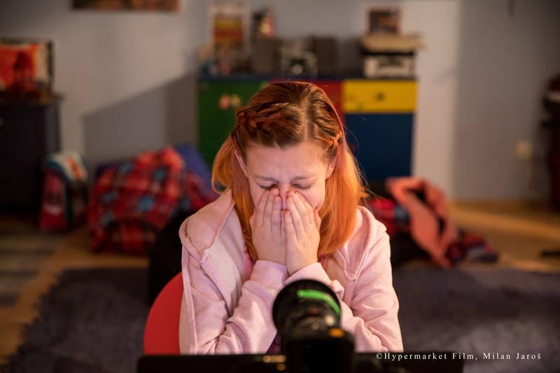 """""""12 歳・女子""""のSNSに群がる男の実態 ビデオチャットで下半身露出 映画「SNS」本編映像"""
