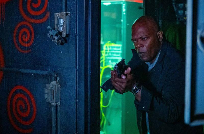 渦巻き模様の不気味な場所 銃を構えるサミュエル・L・ジャクソン 「ソウ」新章「スパイラル」場面写真