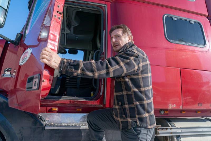 赤いトラックに乗り込むリーアム・ニーソン 銃を構える姿やカーアクションも 「アイス・ロード」場面写真