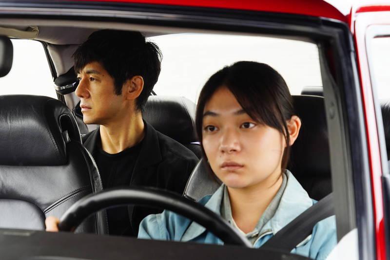 赤いサーブで海辺を走る西島秀俊と三浦透子 「ドライブ・マイ・カー」映像初公開