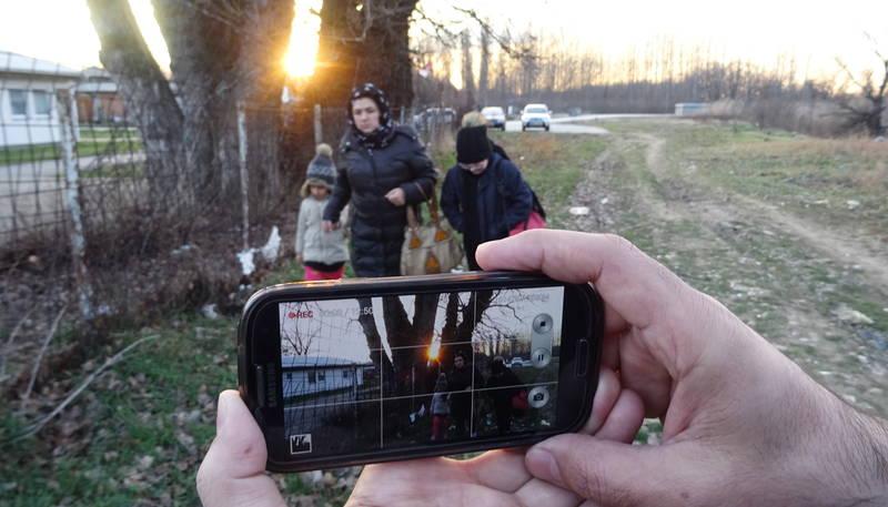 アフガンから欧州に向かう難民家族 スマホで自らの旅を撮影 「ミッドナイト・トラベラー」予告