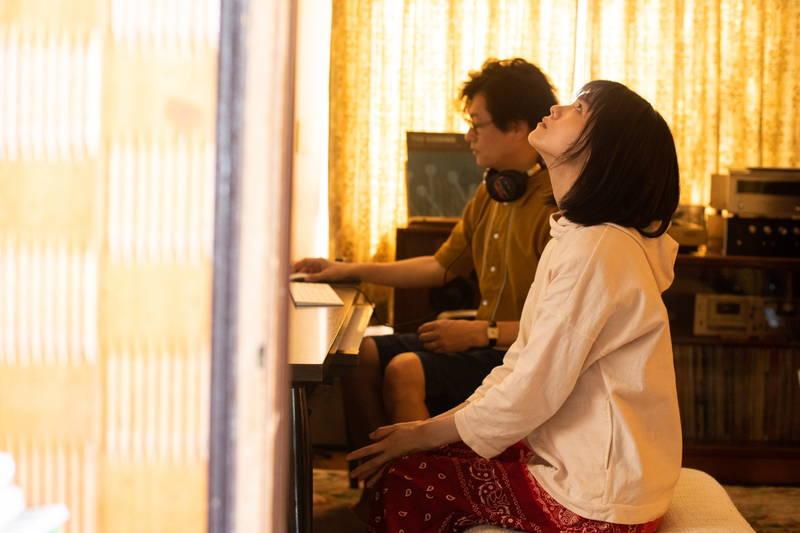 井浦新「恋人ができた」 娘・志田彩良に告白 緊張の一瞬捉えた「かそけきサンカヨウ」本編映像