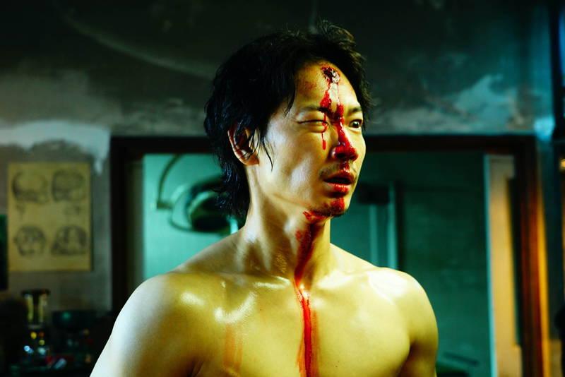 綾野剛・成田凌 額に穴で血まみれ 映画「ホムンクルス」ラストパート写真公開