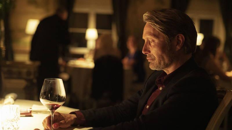 マッツ・ミケルセン 色気と渋さにじませ、物憂げにワインをたしなむ横顔 「アナザーラウンド」新画像