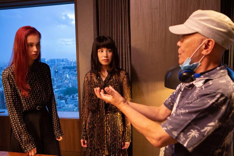 水原希子「2人の強い生命力を感じてもらいたい」 2階からジャンプする姿も 「彼女」メイキング映像公開