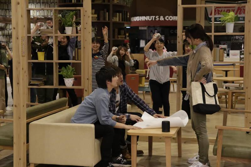 エキストラが踊る中、ボイメン小林豊&本田剛文が資金集めに奔走 「ブルーヘブンを君に」本編映像