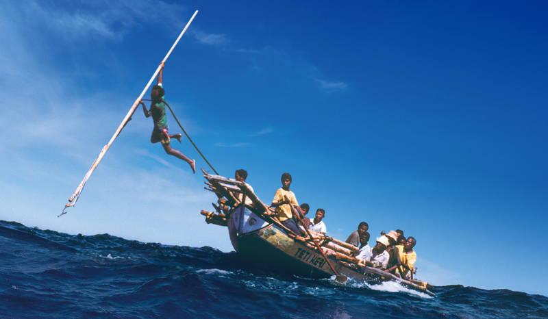 舟に鯨がぶつかる臨場感 鯨漁を捉えた空撮 自然とともに生きるインドネシアの人々追う「くじらびと」予告